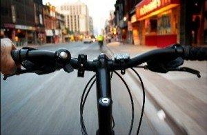 Rapina la banca e fugge in bicicletta
