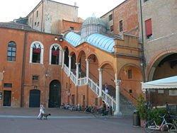 Senza luce e gas: uomo occupa salone municipio di Ferrara