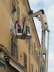 Restaurata lapide sulla facciata del Municipio di Ferrara