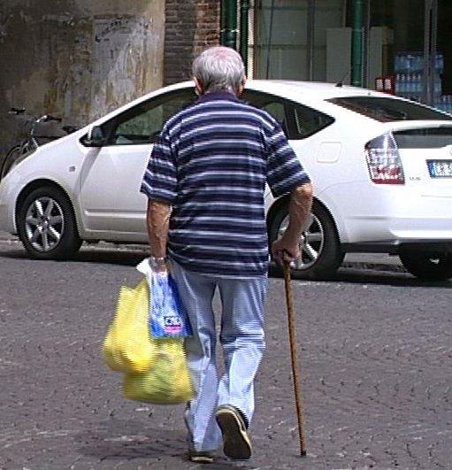 anziani anziano pensione spesa pensioni