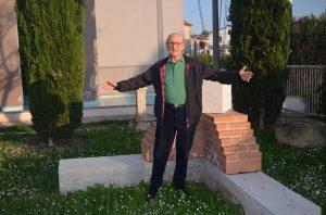 Franco Pellegrini accanto alla prima pietra dei lavori
