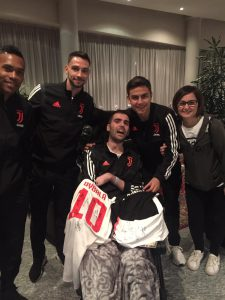Luca con Alex Sandro, De Sciglio, Dybala e mamma Roberta